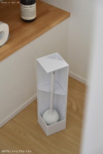 シンプルで機能的なトイレブラシ。コーナーにすっきりと馴染むデザインで、裏返せばブラシが目に触れることなくスタイリッシュ。