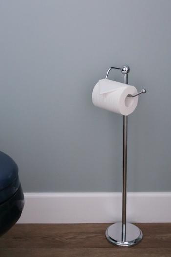 ペーパーホルダーは壁に設置せず、無機質なステンレスの床置きタイプをセレクト。好きな場所に動かせる便利さがあります。