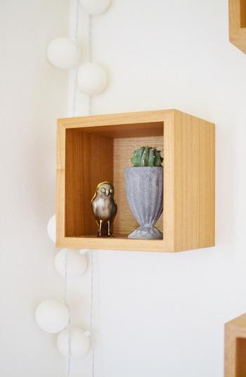 壁に設置したウッディなボックスには、お気に入りの雑貨を飾って。シーズンごとに異なる雑貨を飾ると、季節感が出ておすすめです。