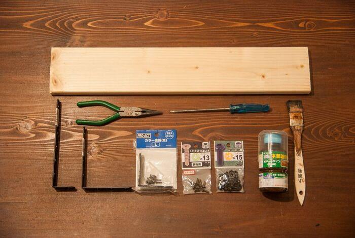 これだけの材料を使って、L字金具を使用した棚付きトイレットペーパーホルダーを作ります。棚に使う板は、スペースや用途に合わせてお好みのサイズのものを用意。