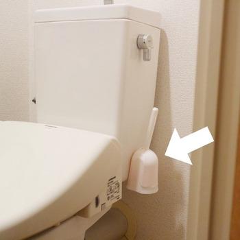 吸盤付きでトイレのタンクにくっつけておけます。床に直置きしないからお掃除がしやすく機能的です。