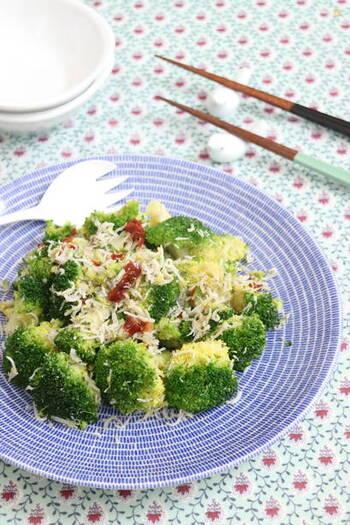 グルタミン酸豊富なブロッコリーに、グルタミン酸とイノシン酸を両方含むしらす、グアニル酸を含むドライトマトを合わせた炒め物。野菜主体でヘルシーですが、うまみがが感じられます。