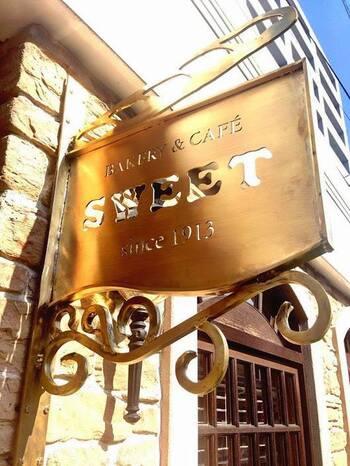創業は1913年、シアトル。こちらのお店は1924年にオープンしました。ベーカリーとオープンカフェ併設、地元でもファンが多いパン店です。モーニングやランチバイキングが楽しめます。