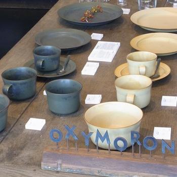 カレーと同様に有名なのがイイホシユミコさんの「オクシモロンシリーズ」の器です。お店のイメージ、コンセプトに沿って作られた器たちはこちらで購入することができます。