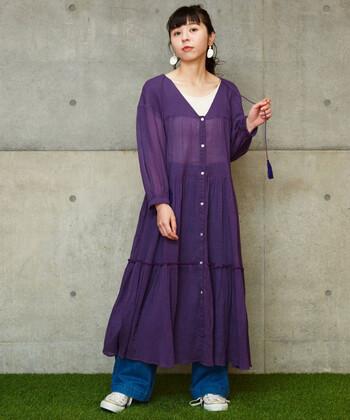 ティアードデザインのパープルワンピースは、デニムのワイドパンツをレイヤードして裾からちら見せ。透け感のあるワンピースにはシンプルなトップスとパンツを選んで、羽織感覚で合わせたスタイリングがおすすめ。