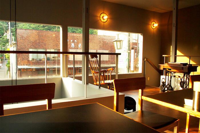 「woof curry」の2階席は、テーブルの間隔も広く見晴らしも良く、古いミシンが置いてあったり、おしゃれなカフェ風で落ち着く雰囲気です。