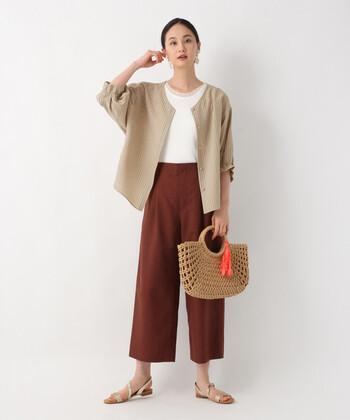 ブラウンのワイドパンツに、白のトップスをタックイン。ベージュのブラウスをカーディガン感覚で羽織れば、季節の変わり目にぴったりなフェミニンコーデの完成です。かごバッグやサンダルで夏っぽい着こなしですが、ファーやストールを取り入れればロングシーズン着まわせます。