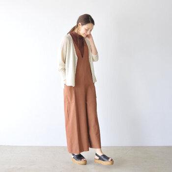 ブラウン系のサロペットに、ベージュのカーディガンを合わせたコーディネート。足元は黒のサンダルで大人っぽくまとめています。気温に合わせて靴下やタイツ・パンプスやブーツというように小物を変えるだけで、夏の終わりから秋までOKの着こなしに。