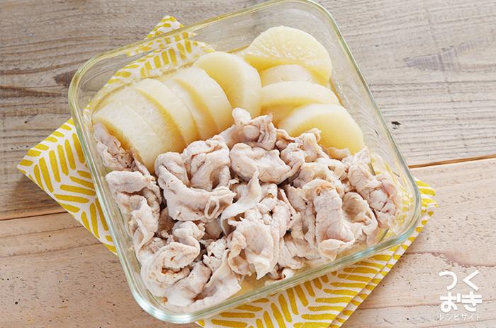 「豚薄切り肉×大根」というとこってり味でご飯に合う豚バラ大根が定番ですが、たまには優しい味の煮物にしてみても。出汁メイン煮汁が大根に染み込み、じんわり優しい味わいに。柚子こしょうを添えて召し上がれ!