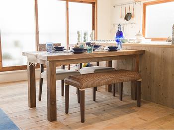 使い込むほどに風合いを増すチークの古材を使ったダイニングテーブルは、ラタンやバンブー、ウォーターヒヤシンスなどアジアンテイストな素材でつくられたチェアとも相性抜群。