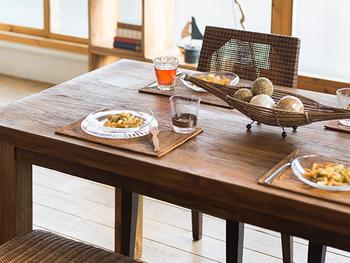 食卓に自然素材のランチョンマットや木製の器などを取り入れれば、リゾート気分が盛り上がりそう。