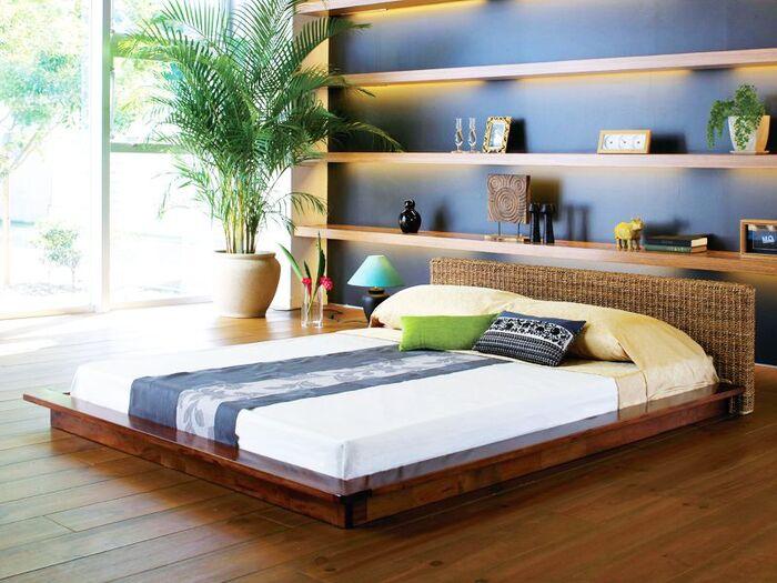 シンプルなお部屋にアジアンテイストの家具や雑貨が加わるだけで、リゾート感溢れる表情豊かなインテリアが生まれます。写真は、「アバカ」と呼ばれる東南アジア原産バナナの木の一種でつくられたローベッド。滑らかな手触りと美しい質感が魅力の素材で、寝室をラグジュアリーに彩ります。