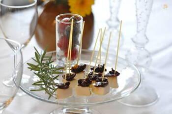 グアニル酸を含むドライトマトと、グルタミン酸豊富なチーズの組み合わせ。おしゃれで簡単で、うまみたっぷりのピンチョスです。ワインのおともや、ホームパーティーのおもてなしにいかがでしょうか?