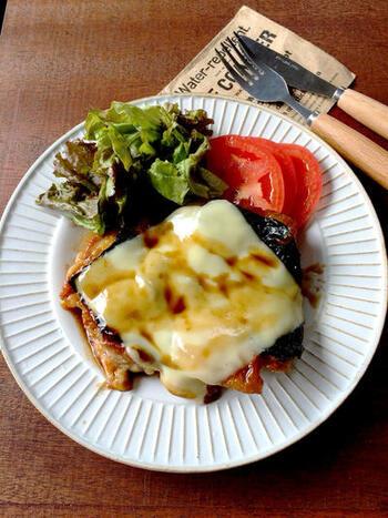 イノシン酸が多い鶏肉に、グルタミン酸豊富なチーズ、グアニル酸を含む海苔を合わせた照り焼き。3大うまみ成分の掛け算が楽しめるメインです。お口の中でさまざまなうまみがふわっと広がります♪