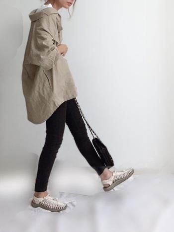 ベージュは、アースカラーの中でも比較的取り入れやすいカラーではないでしょうか。黒スキニーにオーバーサイズのベージュシャツを羽織って秋を意識。シャツの素材が麻なので、涼やかな着心地ながら秋らしさを演出できます。