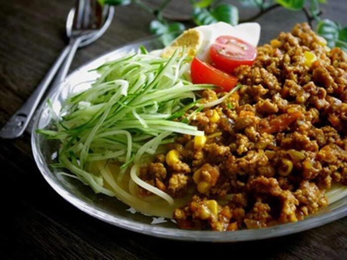 ジャージャー麺風に食べられる、ミートカレーがのった冷製パスタ。パスタだけにこだわらず、中華めん、そうめん、うどんなど、どんな麺でもおいしく食べられるレシピです。