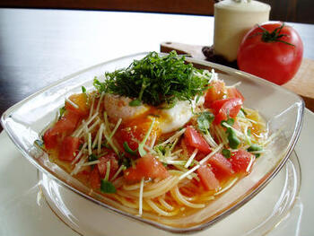 トマトと柚子胡椒でさっぱり風味。最後に乗せた温泉卵で濃厚なコクをプラス。