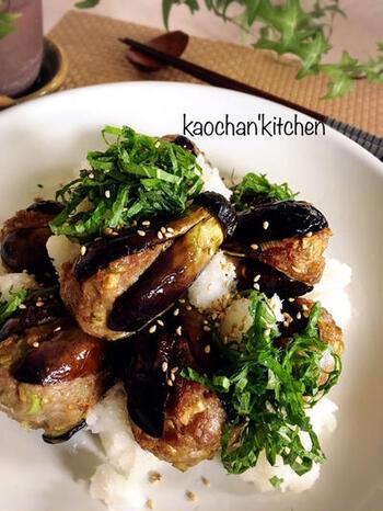 小茄子をヘタをつけたまま十文字に切り、中身をくり抜きます。そして肉だねを詰めて揚げ、大根おろし・しそをのせて麺つゆをかけて。じゅわっとうまみがお口に広がります。