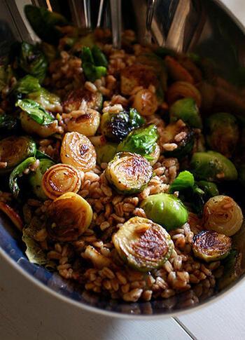 ファッロとは、スペルト小麦(古代小麦)のこと。ころころ可愛いペコロスや芽キャベツと合わせれば、一風変わったサラダになります。栄養価も高く、体に優しい一品です。