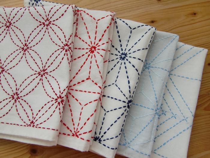 赤ちゃんの産着に用いられる、麻の葉(あさのは)や、麻の葉の応用模様の飛び麻の葉(とびあさのは)など、刺し子の模様は色々あり、同じ模様でも糸の色によって印象が違うことも。
