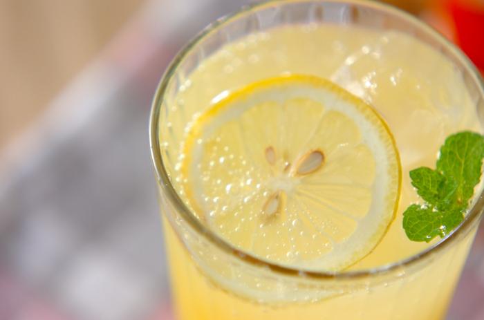 絞ったレモンにオレンジジュースとハチミツを加え、炭酸水で割って氷をイン。仕上げにミントの葉っぱをトッピングすれば、夏にぴったりなすっきり爽やかなレモネードに♪