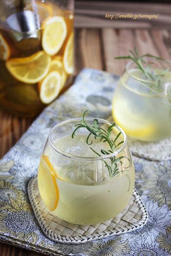 レモンの果実と凍らせた梅を、じっくりとハチミツに漬け込んで作る、梅ハチミツレモネード。飲めば酸っぱさと爽やかさが口の中いっぱいに広がります♪
