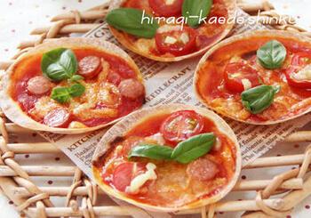 トマトジュースを半量になるまで煮込んでトマトソースを作り、餃子の皮にのせます。あとは好きな具材をトッピングしてチーズを散らし、オーブンやトースターで焼くだけ。パリッと歯応えもよく、おなかにたまり過ぎないのもうれしいですね。
