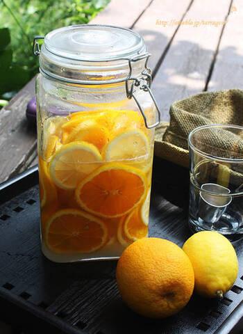 こちらはオレンジをプラスしたレモネードのレシピ。スライスしたレモンとオレンジを、グラニュー糖で漬け込みます。ワインや焼酎との相性も抜群です!