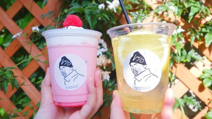 レモネードには、スライスされた存在感のあるレモンが。自家製シロップを使った、お店こだわりの一杯です。暑い夏には、炭酸で割ったレモンスカッシュもおすすめ。ユニークなデザインのカップは、思わず写真に収めたくなるおしゃれさ♪