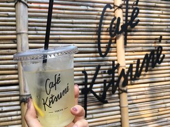 レモネードはカフェの自家製。スライスされたレモンがしっかりと入った、程よい酸味が爽やかな味わい♪