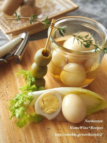 シンプルな材料でできる、うずらの卵のピクルス。作り置きしておけば、フィンガーフードやカレーの付け合わせとしてとても役立ちます。オリーブの実などを添えるのもおしゃれです。