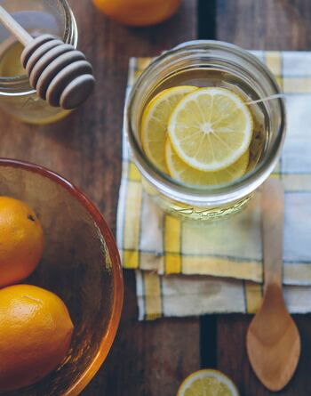 夏はアイスで爽やかに、冬はホットであたたかく、甘酸っぱさがクセになる「レモネード」を楽しみませんか?おうちで簡単に作れるレモネードのレシピ、そしておいしいレモネードが飲めるお店をご紹介します♪
