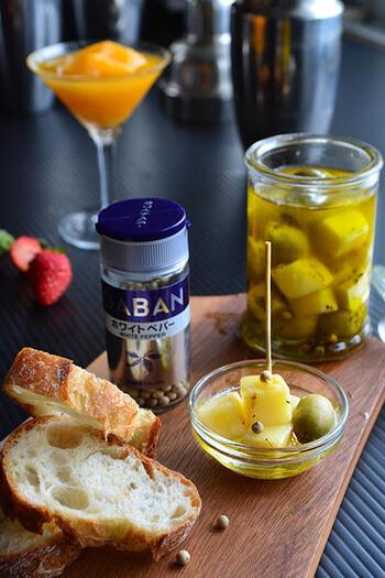 オリーブオイルにスモーク風味をつけ、キューブチーズなどを漬け込みます。チーズを直接スモークしていないので、上品な香り。オイルとともにフランスパンにのせて召し上がれ。