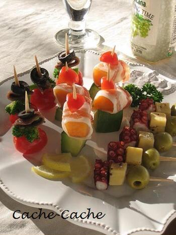 小さくて可愛いキューブチーズは、おしゃれなピンチョスにぴったり。彩りを考えながら、たこやオリーブ、フルーツ、野菜などとともに串に刺していきましょう。簡単なのに豪華で、ホームパーティーの一品にぴったりです。