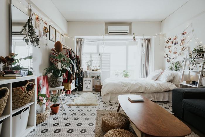 床にタイル模様のクッションシートを敷いて、外国のお部屋風にイメージチェンジ。床は面積が広い分、変更することで一気に部屋の雰囲気を変えられます。