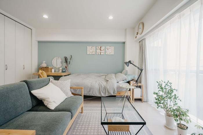自分で剥がせる壁紙を使って、部屋の奥の壁をブルーに変更。アクセントクロスを貼ったことで、随分垢抜けた印象に。温かみのあるニュアンスカラーが北欧インテリアとも好相性です。