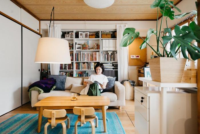 こちらのお部屋、実はもともと和室なんです。畳の上にフロアタイルを敷いて洋室風にリメイク。よく見たらふすまなどに名残がありますが、言われないとすぐには気付けません。