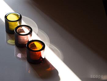 こちらのキャンドルホルダーは、Kivi(キヴィ)というシリーズのもの。ため息がでるような美しい色ガラスを使ったキャンドルホルダーで、様々なカラーをコレクションしている人も多いという逸品です。ろうそくを灯したら、ふわりと光の輪が広がります。