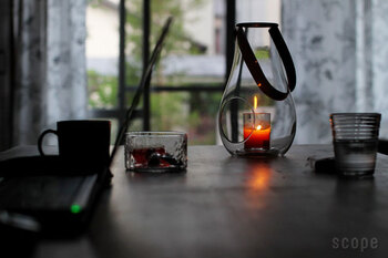 ホルムガードのランタンは、アウトドアでもインドアでも使える美しいガラスのランタンです。ストラップはレザー製で雰囲気がいいですね。ろうそくの灯りがはっきりとクリアに見え、かすかな揺らぎも目にすることができます。