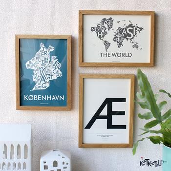 地図をベースに描かれたテキスタイルポスターは、斬新でクールな雰囲気ですね。デンマークのコートカルテレットのものです。きちんと感とアートな雰囲気の両方を楽しめる素敵なデザインです。