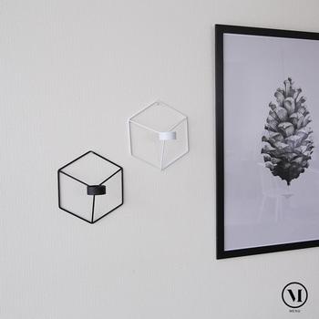 デンマークのブランド、menuのユニークなキャンドルホルダーは、なんと壁掛け!立体的なデザインで、奥行きを感じさせる造りになっています。