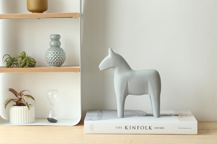 スウェーデンのお土産として定番のダーラナホースは、ダーラナ地方発祥の伝統工芸品です。幸運を運んでくれる馬として人気があります。シックなカラーリングのダーラナホースなら、棚にさりげなく飾っておくだけで、北欧の風を運んできてくれそうです。