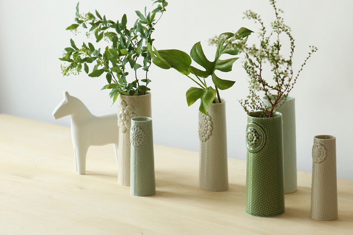 こちらは、デンマークのdottir(ドティエ)というブランドのピパネラフラワーと名付けられたフラワーベースです。正面にはお花の刻印が入り、正統派の花瓶にちょっぴり遊び心が加わったように思えます。少ない花材も可憐に見せる、素朴な美しさを持っています。