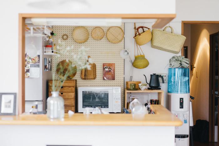 つっぱりツールと有孔ボードを組み合わせて、キッチンの見せる収納に。アイテムに合わせてフレキシブルに収納でき、壁スペースを有効活用できます。