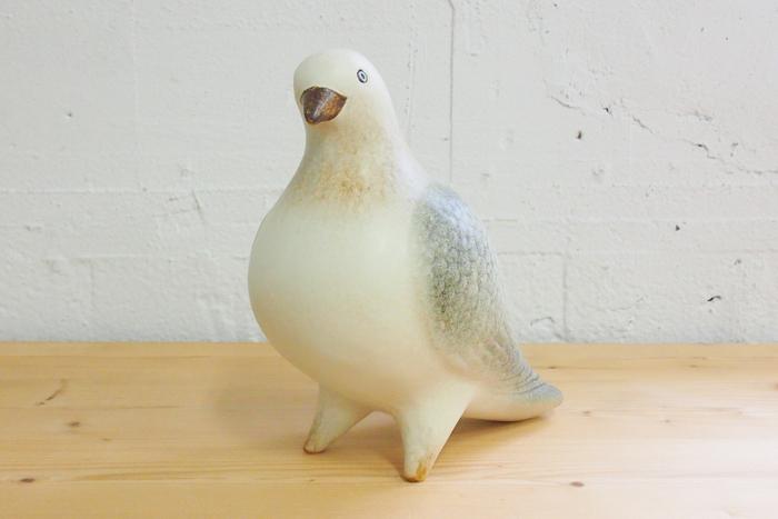 淡い色味で写実性を高めて再現されたこちらの鳩は、実はリサ・ラーソンのものです。愛嬌のあるデザインが多いリサ・ラーソンですが、リアリティのある鳩のオブジェもとても素敵ですね。首を傾げた鳩は、なにか問いかけたいことでもあるのでしょうか。