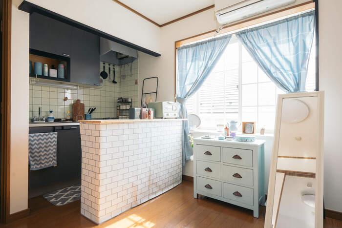 こちらはキッチンカウンターを手作りで。カラーボックスにタイル柄の壁紙を貼り、天板をのせただけという簡単なものですが、お部屋の雰囲気にとてもフィットしています。
