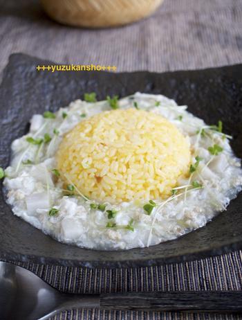 卵黄と白味を分けて、卵黄でチャーハンを、白味には旬を迎える里芋をあんかけに混ぜて食べ応えもありな一皿に。まさに映える一品です。