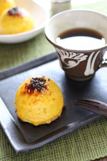 キラッキラのスーパームーンをモチーフにしたスイートポテトは、下にクッキークランチを敷いて食感も楽しめる一品に。