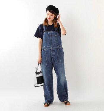 ベーシックなデニムオーバーオールに、ネイビーの半袖Tシャツを合わせたスタイリング。シンプルなアイテム同士だからこそ、ベレー帽やクリアバッグなどの小物でこなれ感をプラスしているのがポイントです。