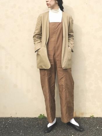 ブラウン系カラーのオーバーオールに、白のタートルネックニットを合わせた着こなし。秋はそのままでも充分サマになりますが、寒くなる冬にはベージュのジャケットをプラスして統一感のあるあったかコーデがおすすめです。